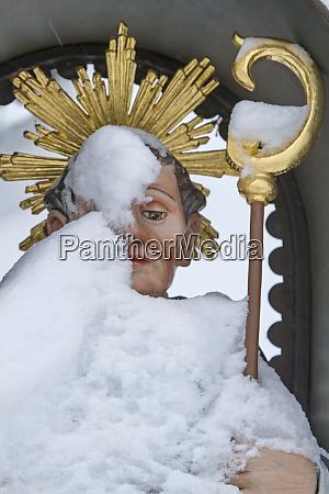 brunnen detailansicht heiliger moench leonhard schnee