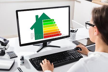 geschaeftsfrau mit computer am arbeitsplatz