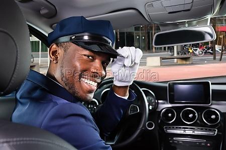 gluecklich maennlich chauffeur sitzen im auto