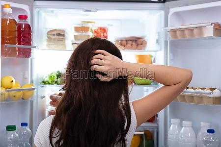 frau auf der suche nach nahrung