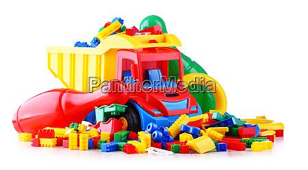bunte plastik kinderspielzeug auf weissem hintergrund