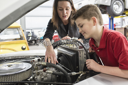 a, caucasian, female, car, mechanic, talks - 26191211