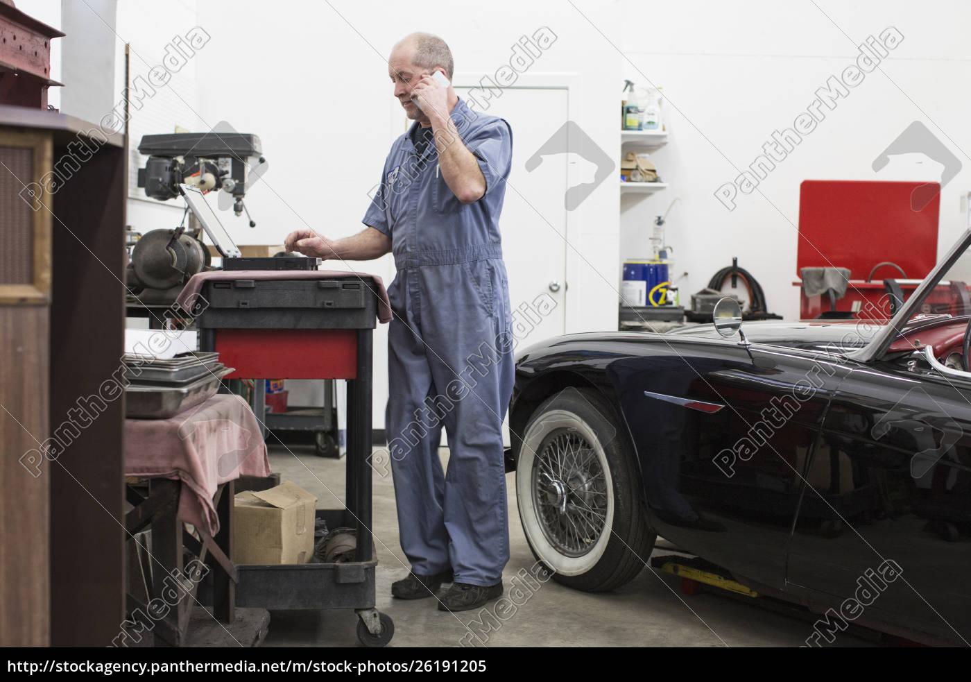 ein, leitender, kaukasischer, automechaniker, der, an, seinem - 26191205