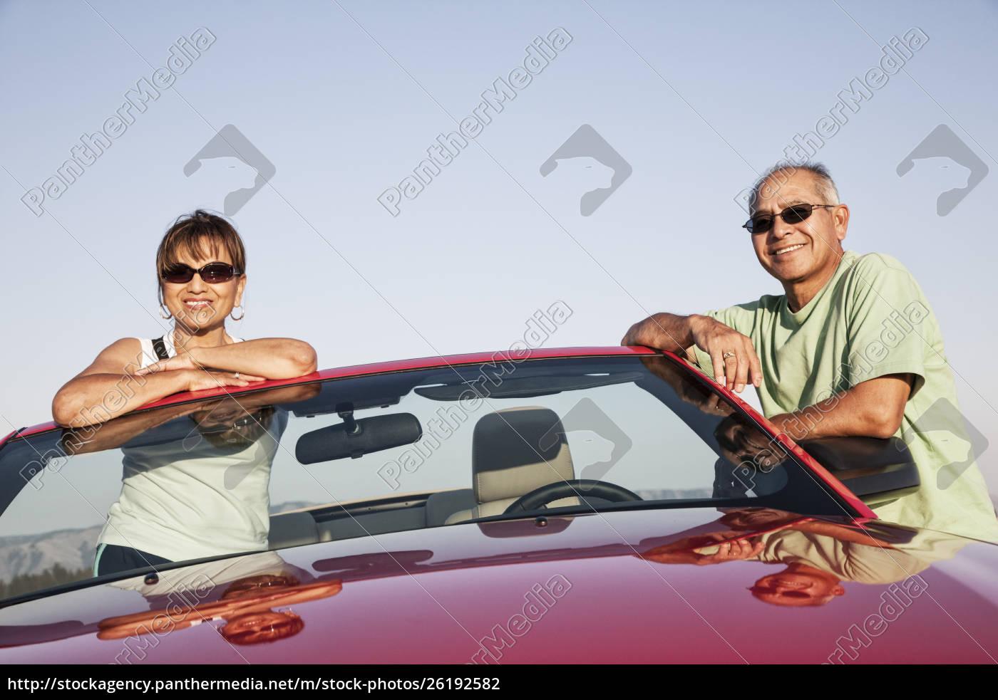 ein, hippes, älteres, hispanisches, paar, auf, einer - 26192582