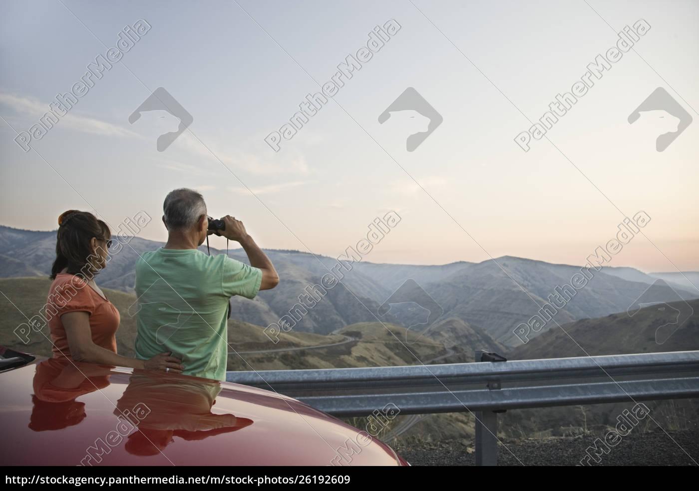 ein, hispanisches, senior-paar, genießt, die, landschaft - 26192609