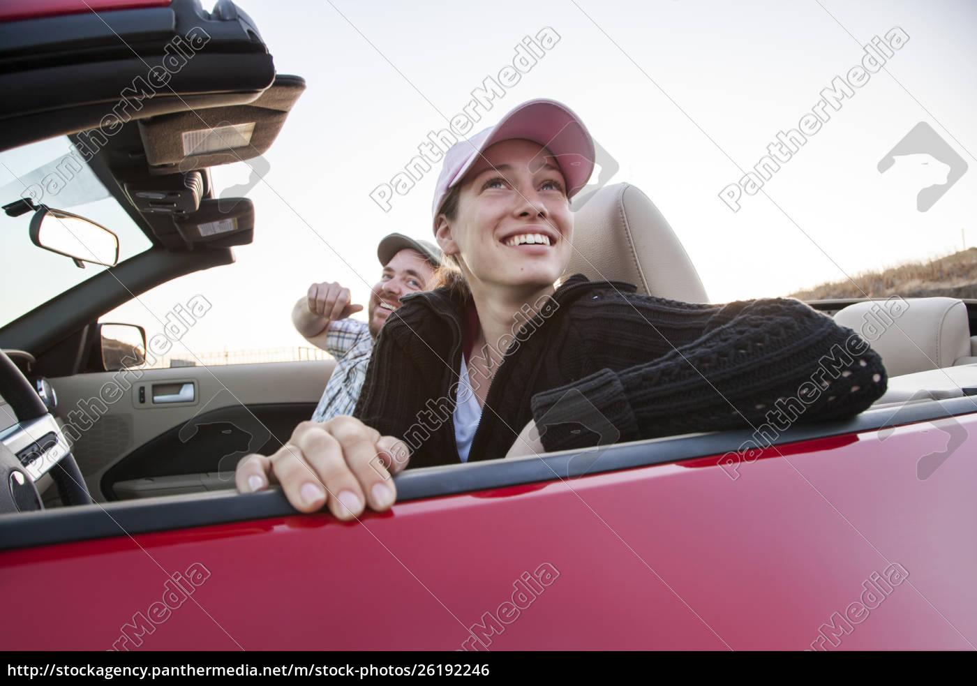 kaukasisches, paar, parkte, in, seinem, sportwagen - 26192246