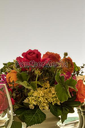 blumenstrauss einschliesslich roter rosen lila orchidee