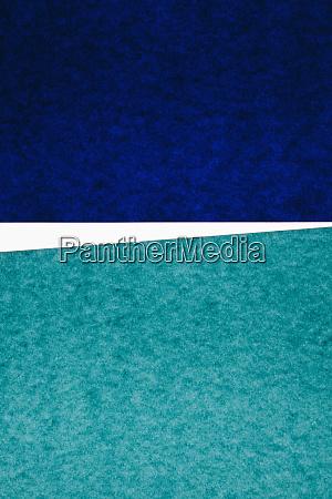 UEberlappende stuecke aus mehrfarbigem baupapier auf
