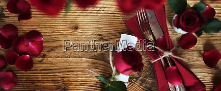 gedeckter tisch fuer den valentinstag