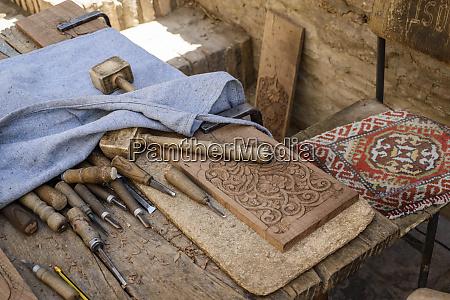 hohe winkel nahaufnahme von traditionellen holzbearbeitungswerkzeugen