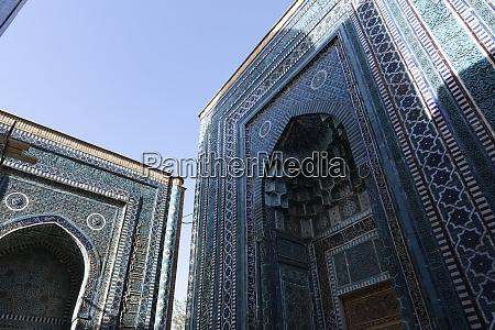 flachwinkelansicht der hohen boegen eines islamischen