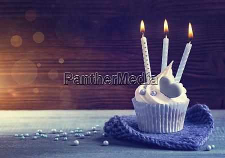 cupcake mit blauen kerzen