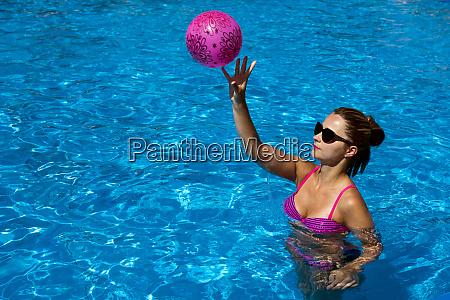 spielen strandball im schwimmbad