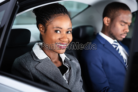 zwei geschaeftsleute die mit dem auto