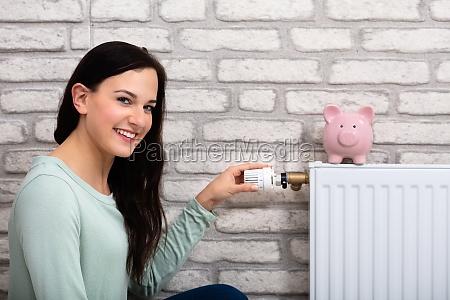 frau einstellung thermostat mit piggy bank