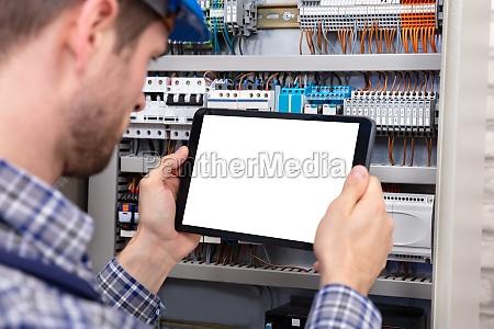 techniker holding digital tablet