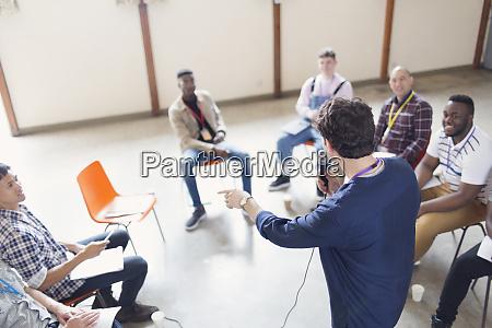 mann mit mikrofon im gespraech mit