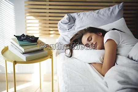 portraet der frau schlafend im bett