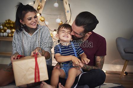 glücklicher, junge, eröffnet, weihnachtsgeschenk, mit, seinen - 26353811