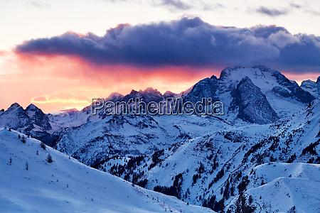 marmolada berggipfel mit schnee bedeckt
