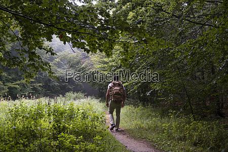 bulgarien balkangebirge wanderer mit rucksack auf