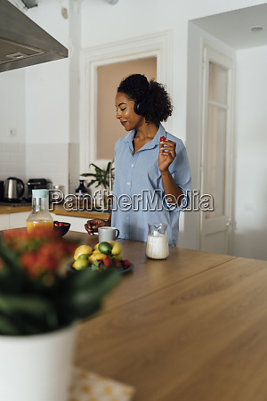 woman having a healthy breakfast in