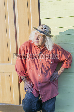 oberer mann mit langen grauen haaren