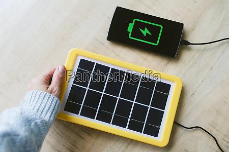 erneuerbare energietechnik solarpanel laedt eine handy