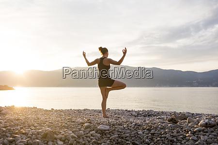 junge frau macht yoga an einem
