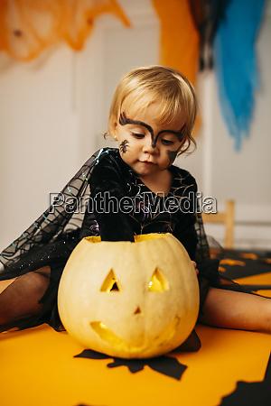 tisch sitzend spielen halloween portraet ausgefallene