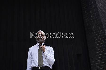 portraet eines leitenden geschaeftsmannes mit grauen