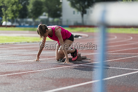 teenage laeufer trainingsstart auf rennstrecke