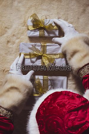 haende des weihnachtsmanns arrangieren weihnachtsgeschenke oben