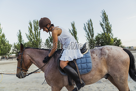 frau reitet auf dem pferd