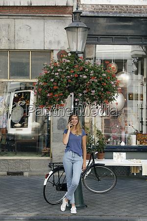 niederlande maastricht laechelnde junge frau auf