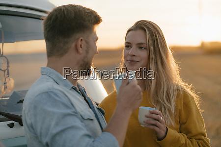 lächelnde, junge, paar, mit, tassen, im - 26370797