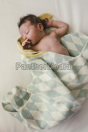 neugeborenes baby in decke gehuellt