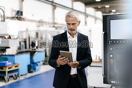 manager mit digitalem tablet in high