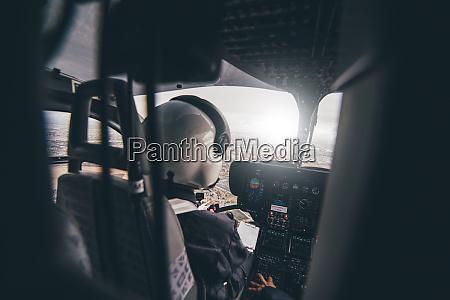polizeipilot waehrend des hubschrauberfluges