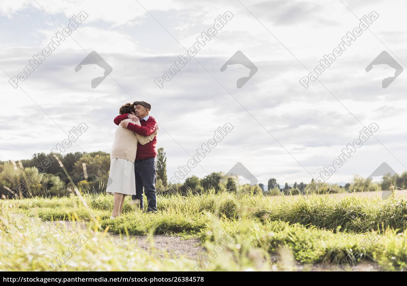 seniorenpaar, umarmt, sich, in, ländlicher, landschaft - 26384578