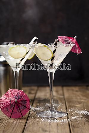 zwei glaeser margherita cocktail mit limettenscheiben