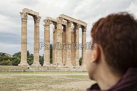 griechenland athen olympeion frau mit blick