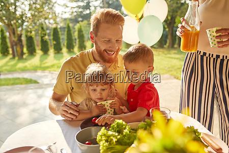 glückliche, familie, mit, gartenfest - 26396030