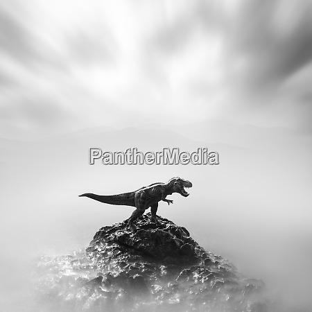 ein spielzeug dinosaurier auf einem stein