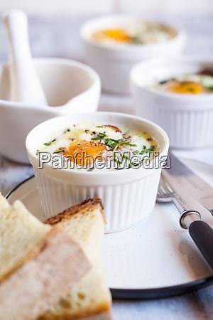 oefs en cocotte individual baked eggs