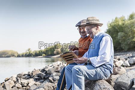 dos viejos amigos sentados junto al