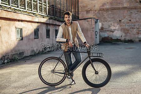 junger mann mit pendler fifie fahrrad