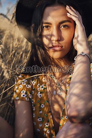 portraet der jungen frau traegt sommerkleid