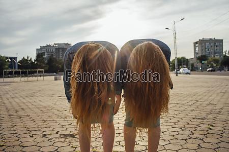 rothaarige zwillinge in der stadt headbangen