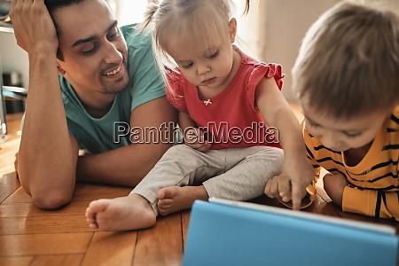 vater und seine kinder mit digitalem